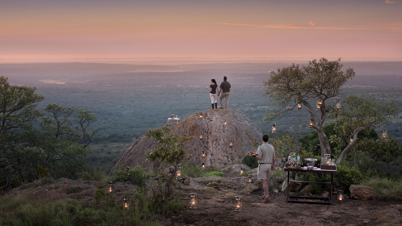 """Safari i Sydafrika opleves bedst i små intime camps, hvor vi fx kan arrangere en """"Sundowner"""" - kun for jer."""